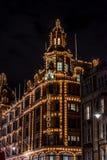 LONDEN, HET VERENIGD KONINKRIJK - 13 NOV., 2018: Nachtspruit, het warenhuis van Harrods op Brompton-Road in Knightsbridge stock fotografie