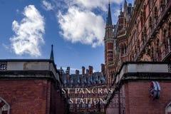 Londen, het Verenigd Koninkrijk - 13 Nov., 2018 - sluit omhoog mening van ingang aan ondergronds dichtbij aan de historische St P royalty-vrije stock foto