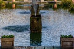 Londen, het Verenigd Koninkrijk - 13 Nov., 2018 - sluit omhoog mening van waterfontein in de mooie Gedaalde Tuin stock afbeelding