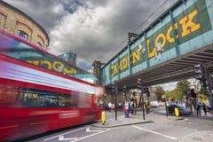 LONDEN, HET VERENIGD KONINKRIJK - SEPTEMBER 26, 2015: Camden Lock Bridge en Stallenmarkt, beroemde alternatieve cultuurwinkels in Stock Foto