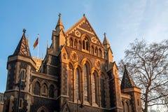 LONDEN - JANUARI 27: Avondzon die op Southwark-Kathedraal glanzen royalty-vrije stock fotografie