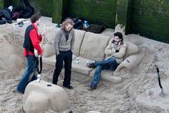 LONDEN - JANUARI: Het koelen in een zandzitkamer door de Rivier Theems royalty-vrije stock afbeelding