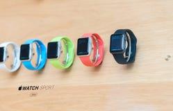 LONDEN - JULI 2, 2015: De rijen van nieuwe Apple-Horlogesport zitten bij Stock Afbeeldingen