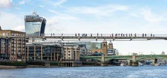 LONDEN - JUNI 25: De Millenniumbrug in Londen op 25 Juni, 2 Royalty-vrije Stock Afbeelding
