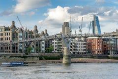 LONDEN - JUNI 25: De Millenniumbrug in Londen op 25 Juni, 2 Stock Afbeelding