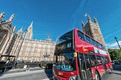 LONDEN - JUNI 14: De veel aangekondigde hybride 'Nieuwe Bus voor Londen' stock foto