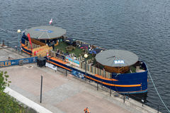 LONDEN - JUNI 25: Drijvende bar in Docklands Londen op 25 Juni, Stock Foto