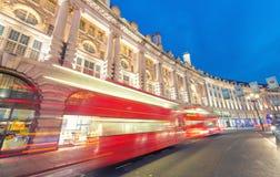 LONDEN - JUNI 11, 2015: Nachtverkeer en toeristen in Regent Str Royalty-vrije Stock Foto
