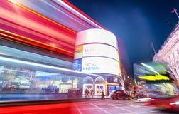 LONDEN - JUNI 11, 2015: Nachtverkeer en toeristen in Regent Str Stock Afbeeldingen