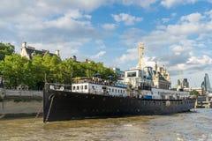LONDEN - JUNI 25: Rivierbar op de Theems in Londen op 25 Juni, Royalty-vrije Stock Foto