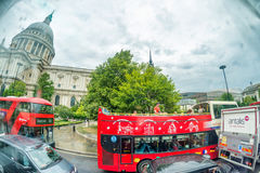 LONDEN - JUNI 2015: Rode bussen dichtbij St Paul Cathedral op regenachtig Royalty-vrije Stock Afbeelding