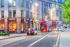 LONDEN - JUNI 11, 2015: Toeristen en verkeer in stadsstraten bij Stock Foto's
