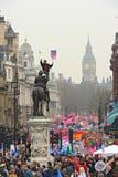 LONDEN - MAART 26: Protesteerders maart onderaan Whitehall tegen overheidsuitgavenbesnoeiingen in een verzameling -- Maart voor he Stock Afbeeldingen