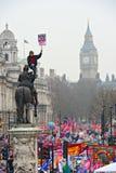 LONDEN - MAART 26: Protesteerders maart onderaan Whitehall tegen overheidsuitgavenbesnoeiingen in een verzameling -- Maart voor he Stock Foto's