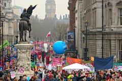 LONDEN - MAART 26: Protesteerders maart onderaan Whitehall tegen overheidsuitgavenbesnoeiingen in een verzameling -- Maart voor he Royalty-vrije Stock Foto
