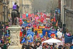 LONDEN - MAART 26: Protesteerders maart onderaan Whitehall tegen overheidsuitgavenbesnoeiingen in een verzameling -- Maart voor he Stock Fotografie