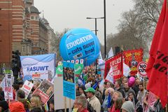 LONDEN - MAART 26: Protesteerders maart tegen overheidsuitgavenbesnoeiingen in een verzameling -- Maart voor het Alternatief -- ge Stock Foto