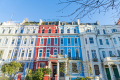Londen - Maart 30: Een rij van kleurrijke rijtjeshuizen in de Heuvel van Londen Notting op 30 Maart, 2017 Royalty-vrije Stock Foto