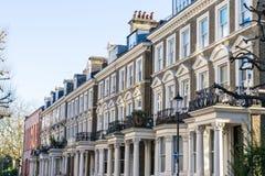 Londen - Maart 30: Een rij van typische rijtjeshuizen in Londen Kensington en Notting-Heuvel op 30 Maart, 2017 Stock Fotografie