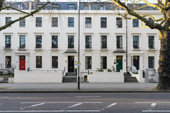 Londen - Maart 30: Een rij van typische Victoriaanse rijtjeshuizen in Londen Kensington met kleurrijke deuren op 30 Maart, 2017 Stock Foto