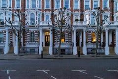 Londen - Maart 30: Iconische traditionele rij van rijtjeshuizen bij nacht in Notting-Heuvel op 30 Maart, 2017 Stock Afbeeldingen