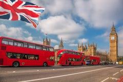 Londen met rode bussen tegen Big Ben in Engeland, het UK royalty-vrije stock afbeeldingen