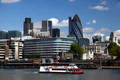 Londen met stadscruise Stock Foto