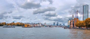Londen, panorama over de rivier van Theems van Waterloo brug Royalty-vrije Stock Afbeelding