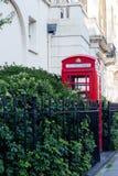 Londen Rode telefooncel op de straat Stock Afbeelding