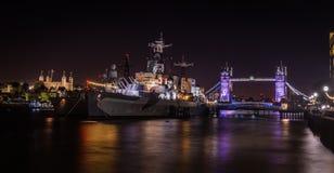 Londen ` s HMS Belfast, Torenbrug en Toren van Londen bij nacht royalty-vrije stock afbeeldingen