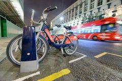 LONDEN - SEPTEMBER 25, 2016: Rode bus en reantal fietspost bij Royalty-vrije Stock Afbeeldingen
