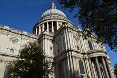Londen St Paul Cathedral in authumn stock afbeeldingen