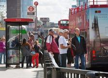LONDEN, Stad van de straat van Londen en mensen die bus op de bushalte wachten Stock Fotografie