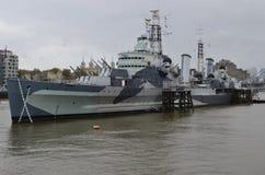 Londen, Theems, HMS Belfast stock afbeelding