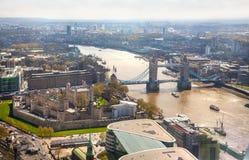 Londen, Torenbrug, Toren van Londen en rivier Theems Stock Afbeelding