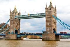 Londen towe r in de oude brug van Engeland en de bewolkte hemel royalty-vrije stock foto's