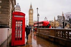 Londen, 12 UK-FEBRUARI: Traditionele rode telefooncel in de regenachtige dag met Big Ben en rode bus op de achtergrond Stock Foto