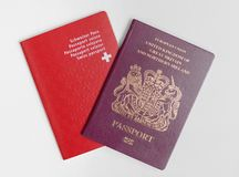 Londen/UK - 21 Juni 2019 - het Zwitsers en Britse die paspoorten, op een witte achtergrond worden geïsoleerd stock foto