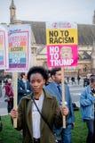 Londen, Verenigd Kingdon - Februari twintigste, 2017: De protesteerders verzamelen zich in het Parlement Vierkant om de uitnodigi stock afbeelding