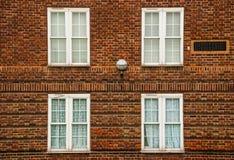 Londen, vier witte vensters op rode bakstenen Royalty-vrije Stock Foto