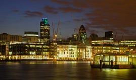 Londen - waterkant bij schemer Stock Afbeelding