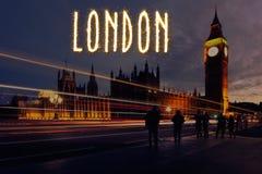 Londen Westminster bij vroege nacht met het fonkelen naam Stock Fotografie