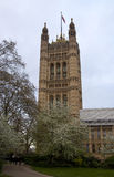 LONDEN, WESTMINSTER, het UK - 05 APRIL, 2014 Huizen van het Parlement en het Parlement toren, mening van Victoria Tower tuiniert Royalty-vrije Stock Afbeeldingen