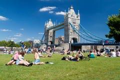 Londinenses que disfrutan de verano cerca del puente de la torre Fotografía de archivo libre de regalías