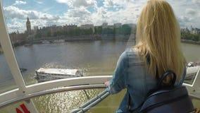 LONDON-ï ¿ ½ im Juli 2017: Jugendliches weibliches Besuchs-London, das die Schönheitsstadt vom London-Augen-Jahrtausend-Rad entsp stock video footage