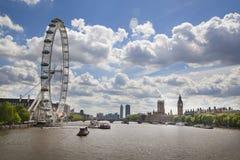 London öga Big Ben och hus av parlamentet på Thames River Arkivfoton