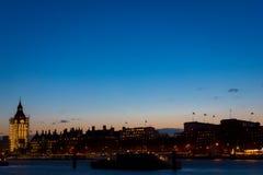 London öga och Big Ben i den centrala London inom solnedgångtid Royaltyfri Fotografi