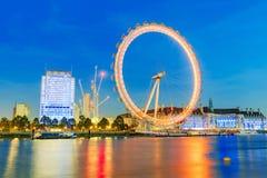 London öga och brittarkitektur på natten Arkivbild