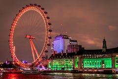 London öga på natten från den westminster bron arkivfoton