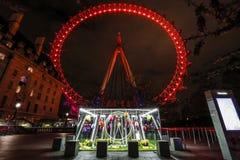 London öga på natten med ljusa slingor Royaltyfri Bild